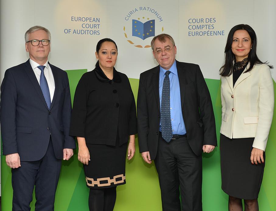 Lilyana Pavlova, für den Ratsvorsitz Bulgariens zuständige Ministerin, stattet den EU-Prüfern einen Besuch ab